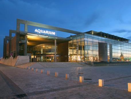 Batiment Aquarium La Rochelle by night